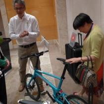 太平洋自行车曾浩彦经理向媒体介绍新产品Reach GT