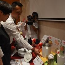 大同公司卓建羽处长向媒体介绍台湾精品得奖产品-轻享料理壶