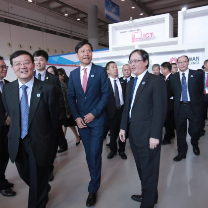 中国全国工商联党组书记徐乐江(左2)小米总裁雷军(左3)与广西工商联代表参观台湾精品