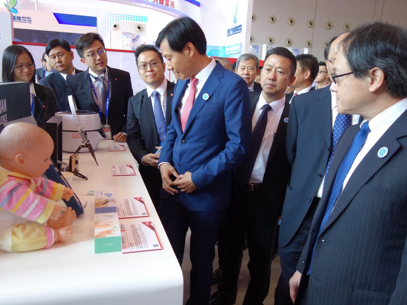 小米总裁雷军(左5)与广西工商联代表参观台湾精品