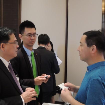台达电子 机器人产品处产品经理 江振民(左)及上银科技 经理 李宗颖(中)与上海中科智谷产业中心秘书长 孟国强会后交流