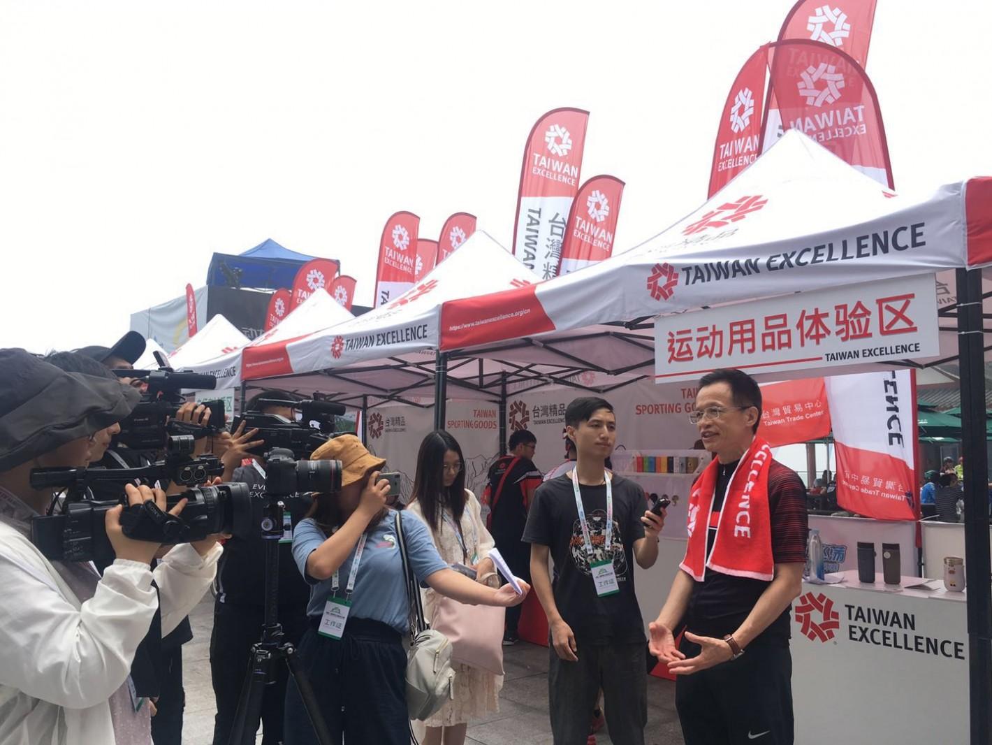 湖南日报、湖南电视台国际、中新社、今日女报、长沙晚报等14家媒体于台湾精品体验营专访台湾贸易中心吴俊泽主任