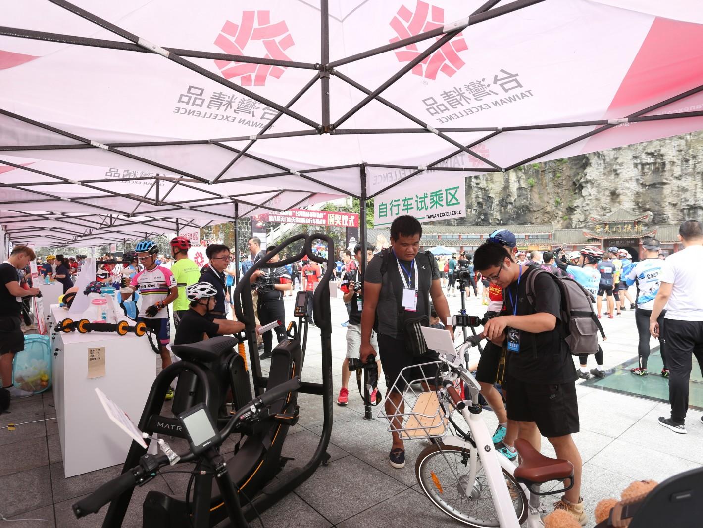 台湾精品体验营展出17家台湾精品厂商、50件优质产品,提供运动爱好者及参观民众体验