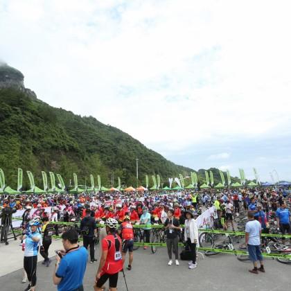 台湾精品美利达杯国际自行车赛吸引大批车手挑战天门山通天大道