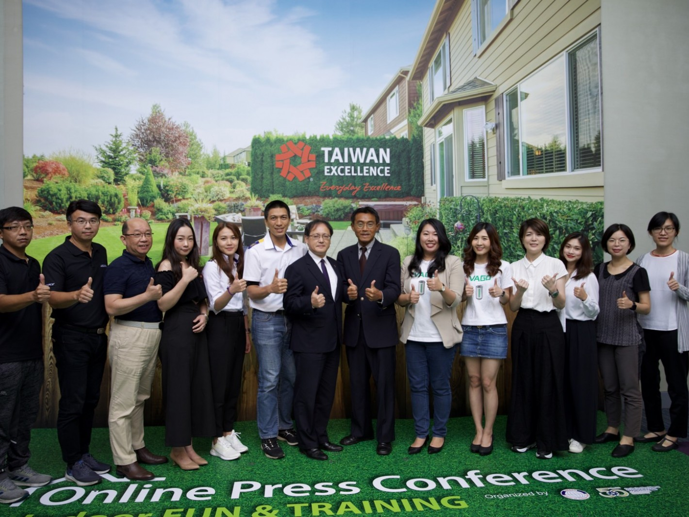 Deputy Director General of MOEA, Guann-Jyh Lee and Executive Vice President of TAITRA, Simon Wang take pictures with all the brands representatives