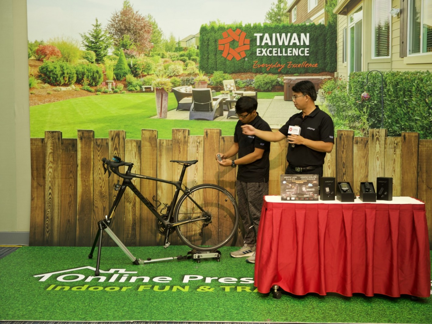 Vice president of TBS Group Corp. demonstrated about how to use the bicycle power meter, LINK