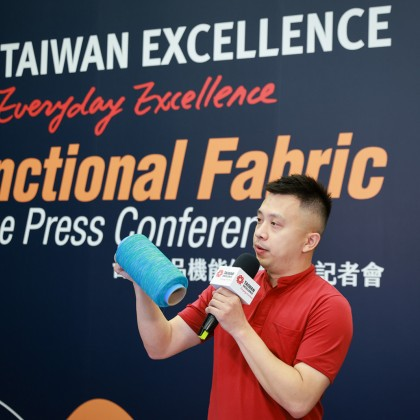 Richard Yu, Marketing Manager of Toung Loong Textile demonstrated its Stretch/Recovery yarn