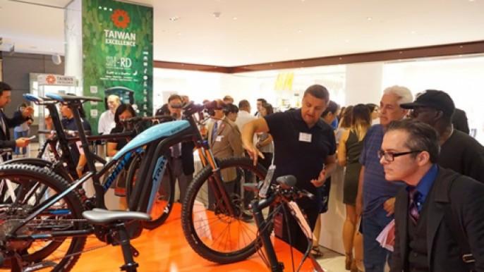 紐約民眾對達方電子電動自行車感到興趣並紛紛詢問