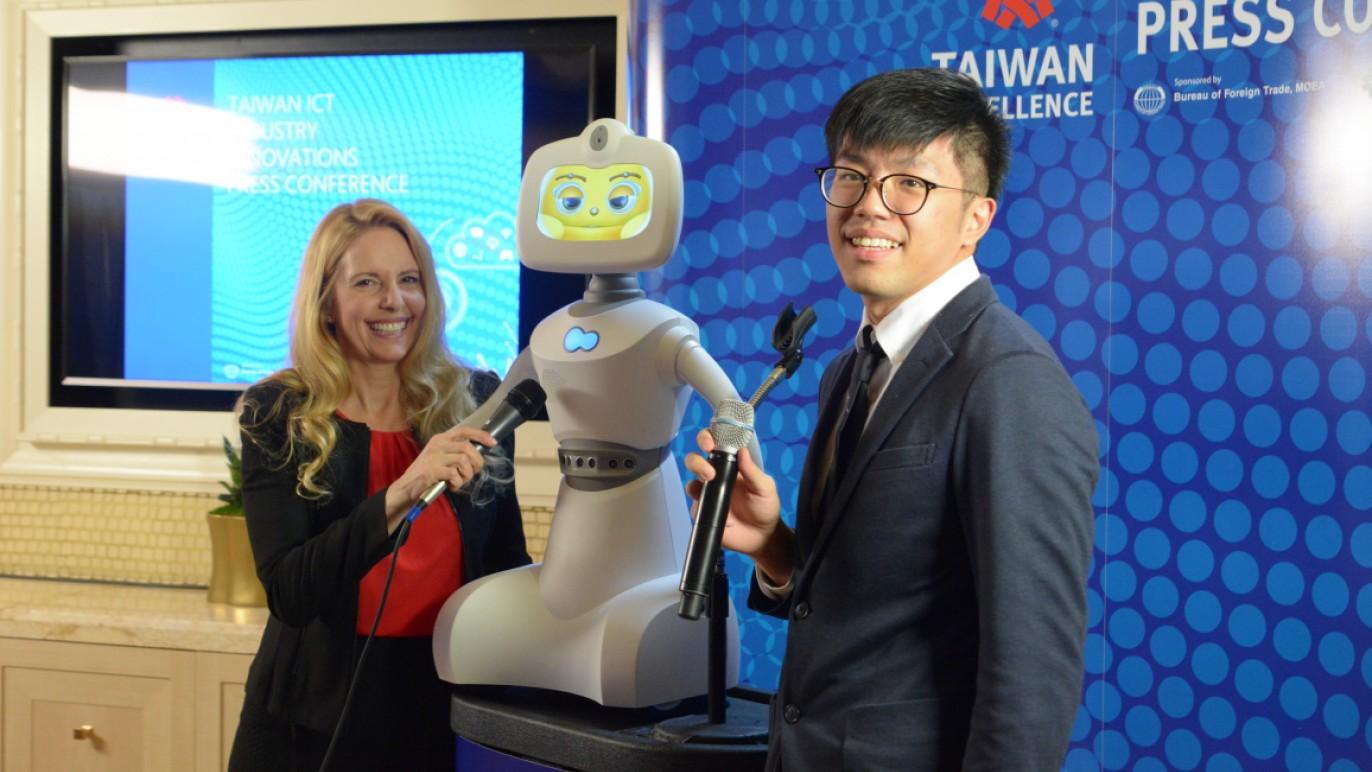 麗暘科技Robelf機器人在記者會大出風頭
