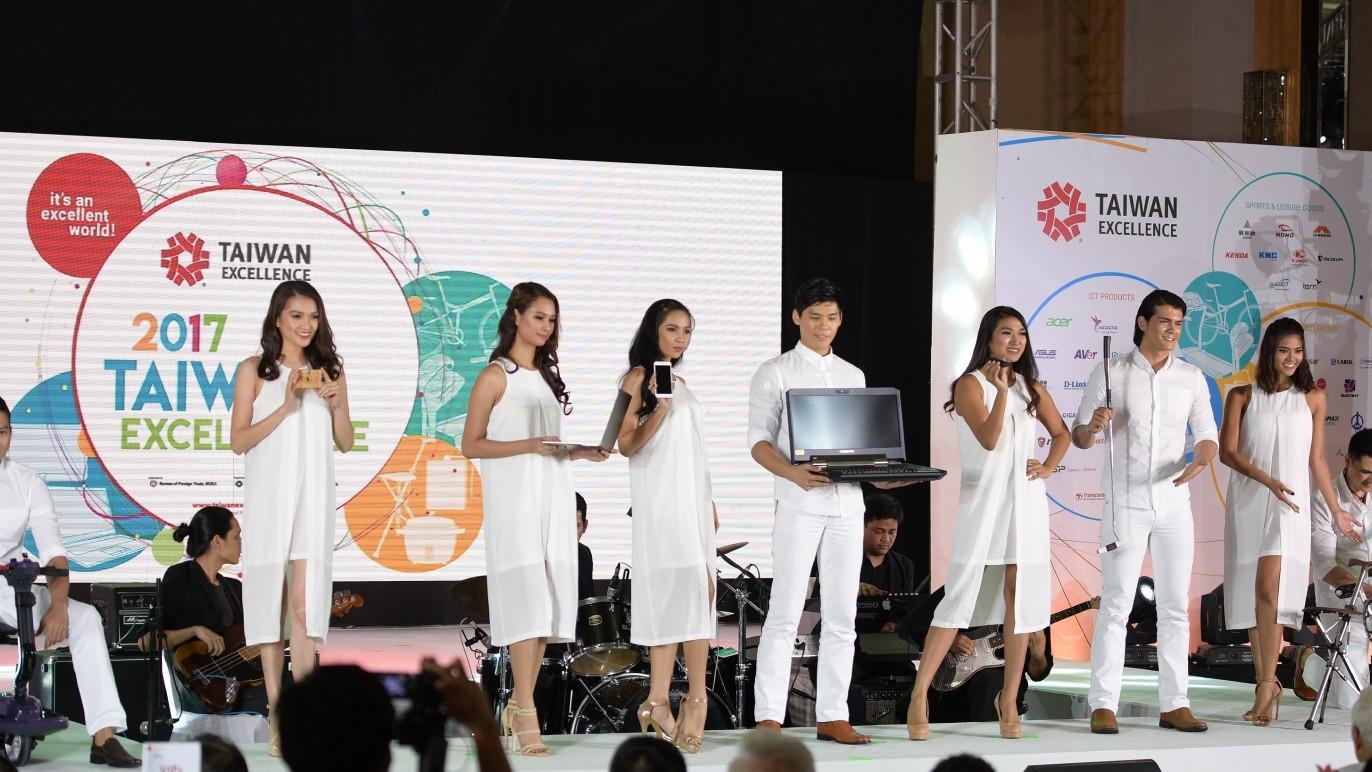 結合樂團現場演奏,專業模特兒手持台灣精品產品走秀,體現台灣精品的時尚與科技。