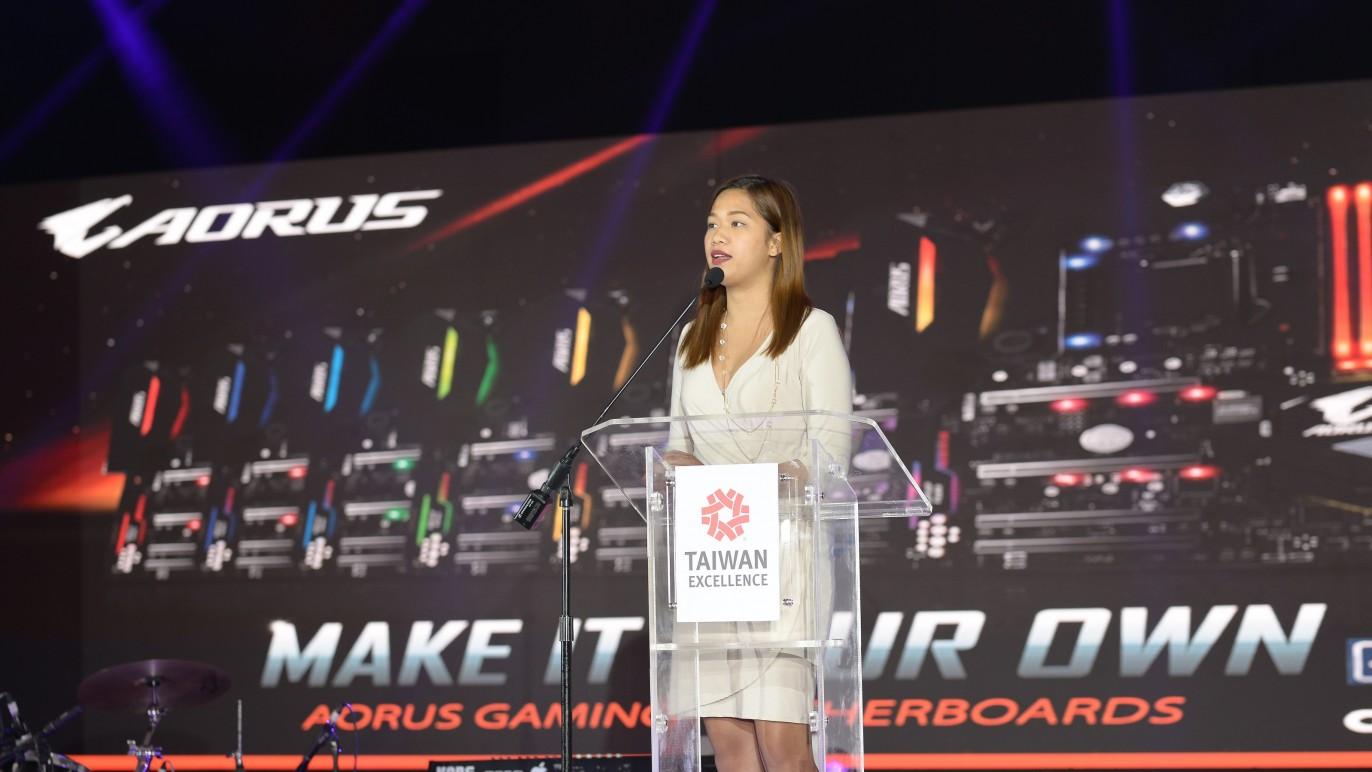 技嘉品牌代表於記者會現場介紹技嘉電競系列產品。