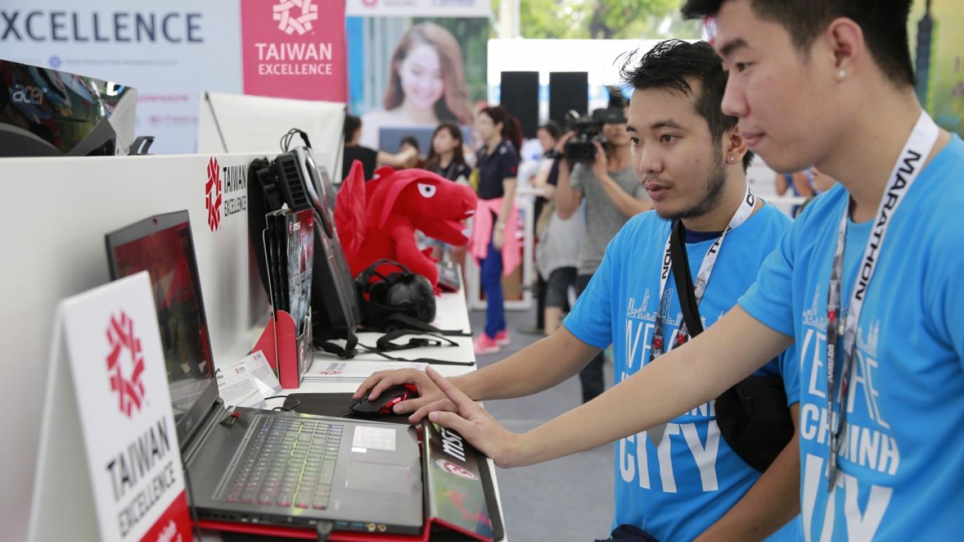 微星科技的電競筆記型電腦吸引眾多民眾駐足體驗