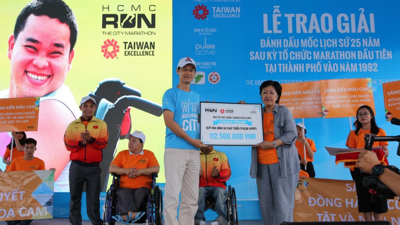 台經處經濟組黃王維祕書代表台灣精品將公益款項捐助予HPDF基金會