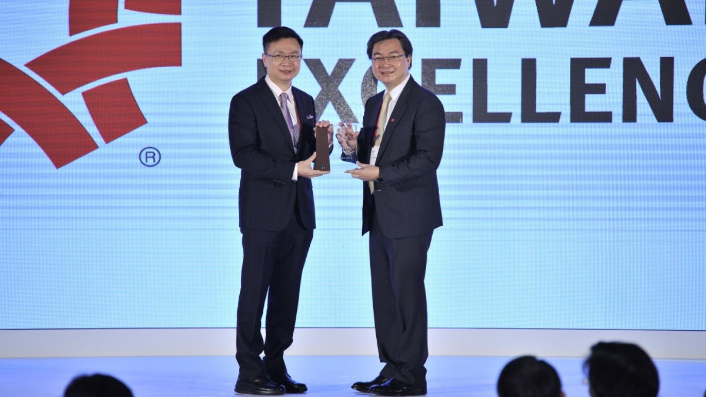 外貿協會董事長黃志芳(左)頒發「風雲獎」給華碩電腦股份有限公司(右為華碩聯合科技總經理林福能)