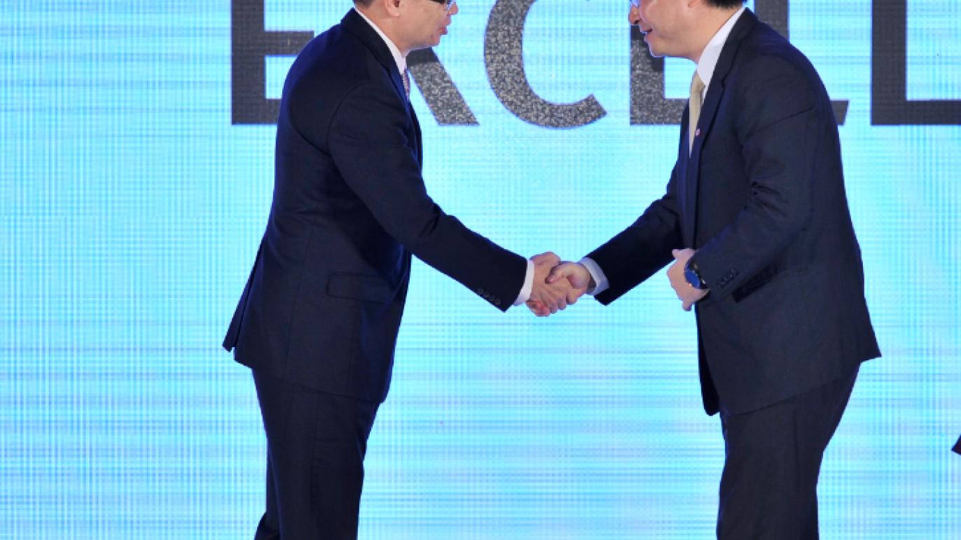 董事長與華碩 握手