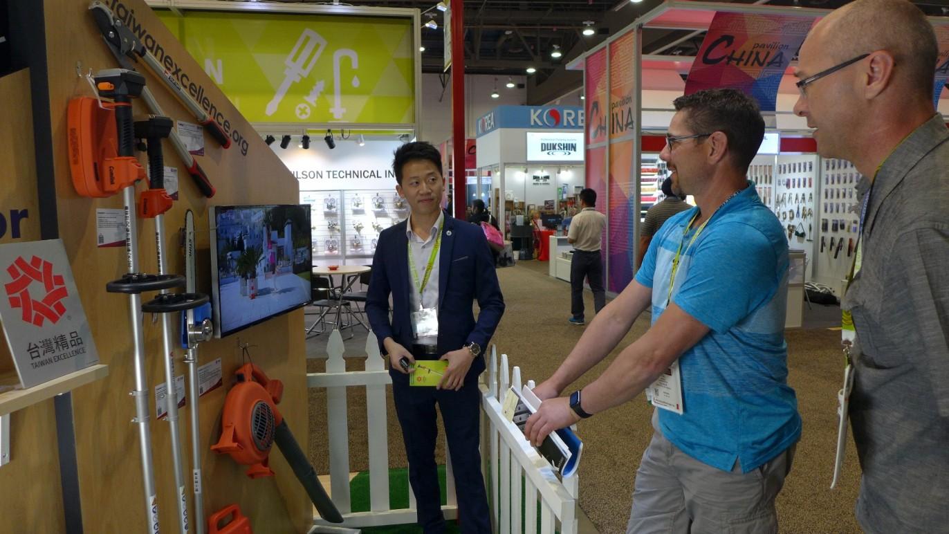 東林廠商代表為參觀者介紹產品