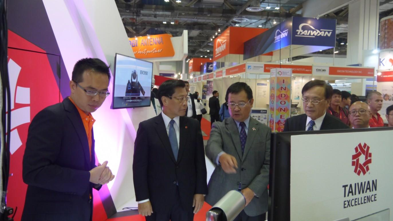 圓展科技代表向駐新加坡代表處梁國新代表(左2)及新加坡台北工商協會陳正旻會長(左3)介紹2017金質獎PTC 500自動追蹤攝影機