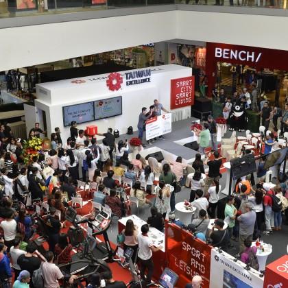 知名度有如菲律賓貝克漢的職籃球星Mr. Doug Kramer擔任台灣精品貴賓,開幕瞬間湧入大量人潮,引發粉絲關注台灣精品活動。