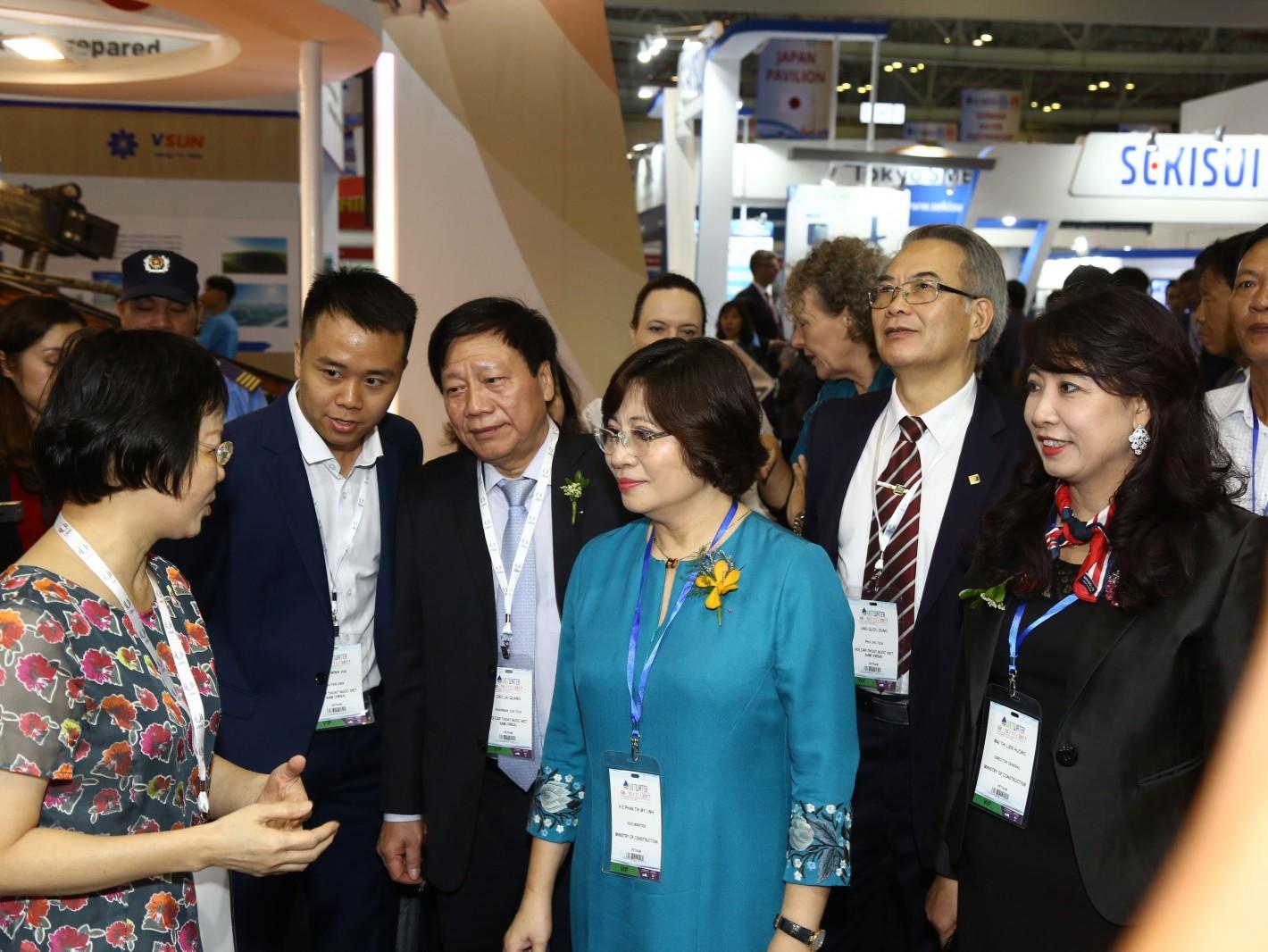 越南建設部次長Phan Thi My Linh(中)蒞臨參觀台灣精品館
