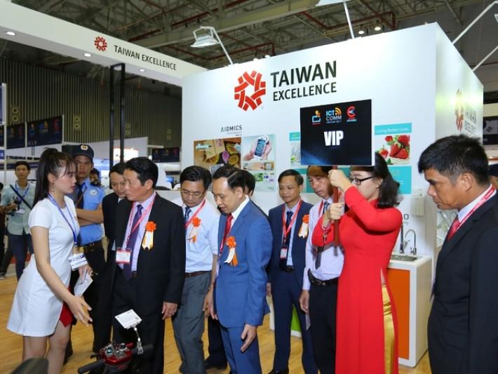 越南通信部次長Hoang Vinh Bao(左2)及大會VIP貴賓蒞臨台灣精品館參觀