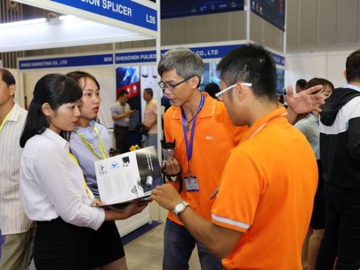 圓展科技人員向潛在買主介紹產品
