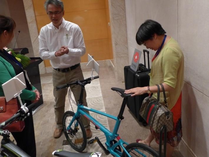 太平洋自行車曾浩彥經理向媒體介紹新產品Reach GT