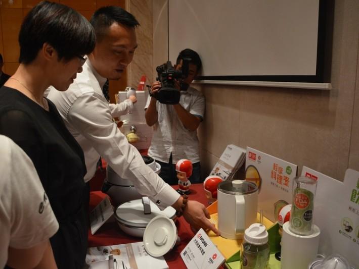 大同公司卓建羽處長向媒體介紹台灣精品得獎產品-輕享料理壺