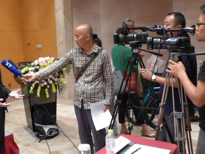 外貿協會陳英顯處長於見面會後接受雲南電視台專訪