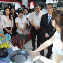 高鐵台中站台灣精品館導覽員介紹大同無水料理鍋。