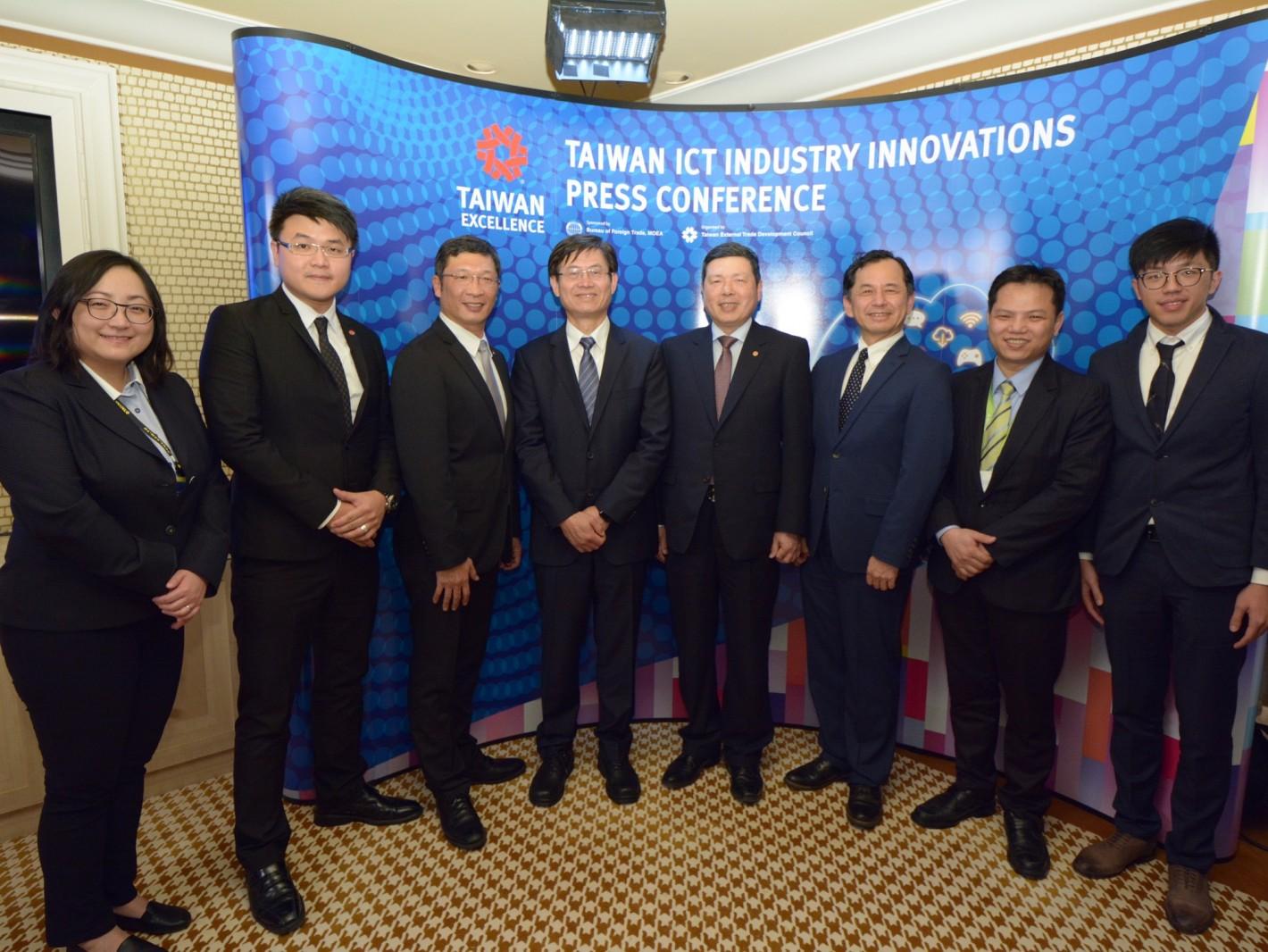 2018年CES Taiwan ICT Industry Innovations國際記者會,由外貿協會葉明水秘書長(右四)主持,科技部許有進次長(左四)及工研院國際中心主任王韶華(右三)均出席與會。宏佳騰(左二)、經緯航太(左三)、台灣骨王(右二)、麗暘科技(右一)於會中發表新產品。