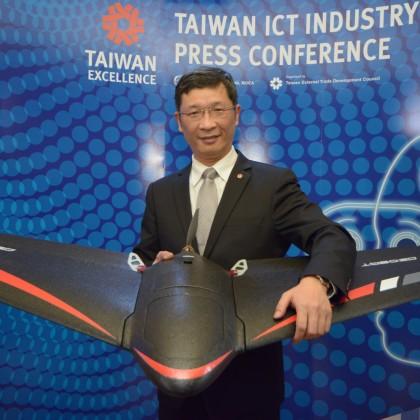 經緯航太羅正方董事長展示無人機-翼龍
