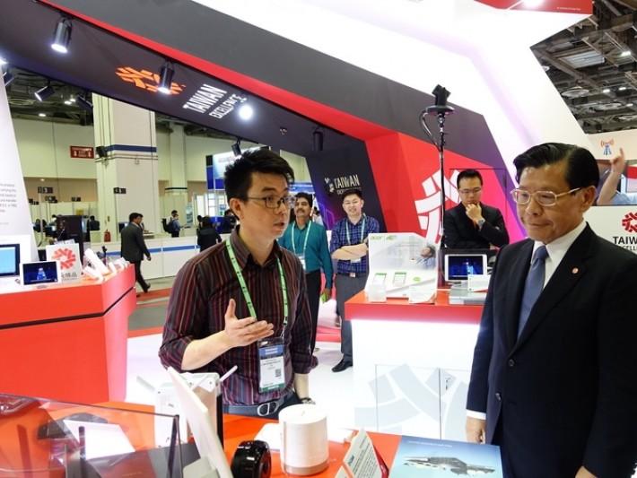 友訊公司代表向駐新加波台北代表處梁國新代表(左2)及新加坡台北工商協會陳正旻會長(左3)介紹2017台灣精品AC 2600雙頻無線延伸器