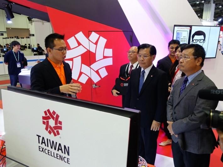 圓展科技代表向駐新加坡台北代表處梁國新代表(左2)及新加坡台北工商協會陳正旻會長(左3)介紹2017金質獎PTC 500自動追蹤攝影機 (2)
