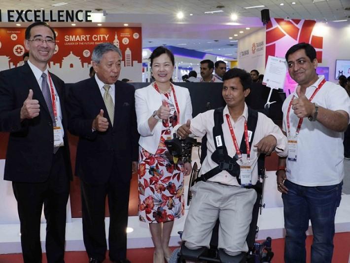 左起本會郭臨伍副董事長、田中光大使、經濟部王次長及康揚代表於台灣館合影留念