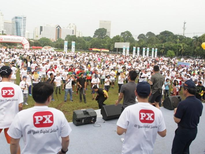 三千多名跑者一起暖身,場面盛大
