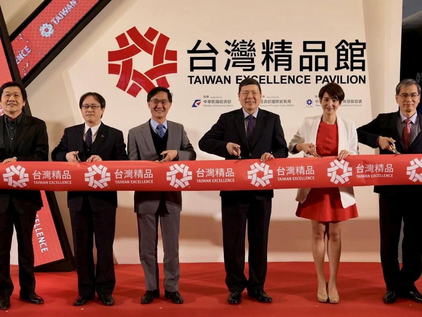 台灣精品館5日在南港展覽館正式開幕。貿協秘書長葉明水(右三)、貿易局主任秘書倪克浩(左三)、夏嘉璐主播(右二)與貴賓們共同剪綵。