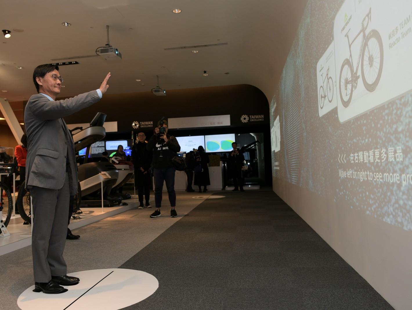 國際貿易局倪克浩主任秘書5日體驗台灣精品館內AI互動