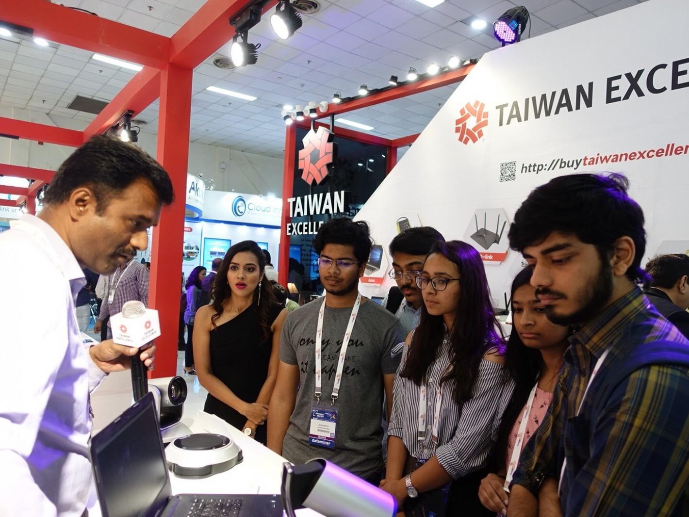 台灣精品廠商圓展科技展出專業視訊攝影,吸引參觀者洽詢。