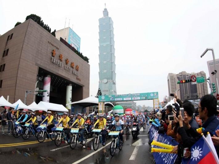 台北首戰陰雨綿綿澆不熄車手與加油民眾熱情