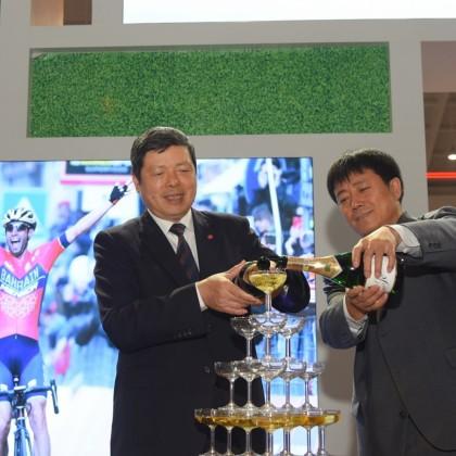 台灣精品館媒體見面會由雲南省工商聯代表與台灣貿易中心葉明水秘書長一同主持香檳塔儀式
