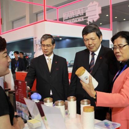 雲南商務廳代表對乾唐軒陶瓷杯活水效果十分感興趣