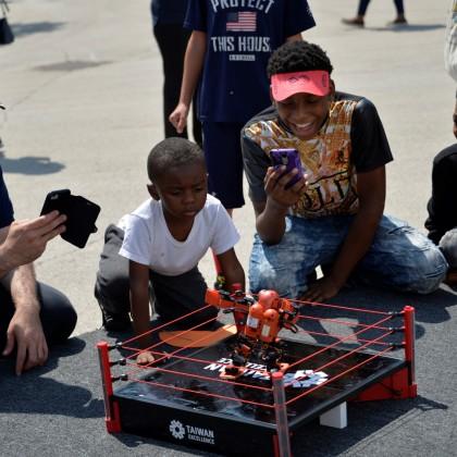 雷虎機器人吸引眾多孩童與青少年爭相體驗