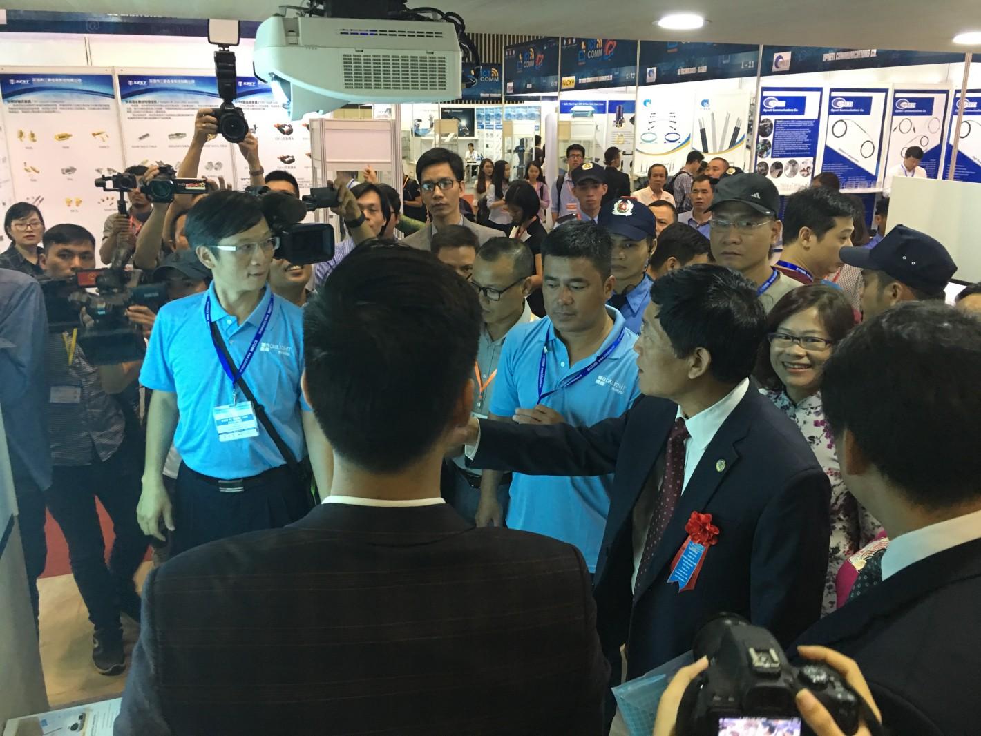 大會VIP導覽,光峰科技產品亮眼吸引眾多貴賓親自體驗。