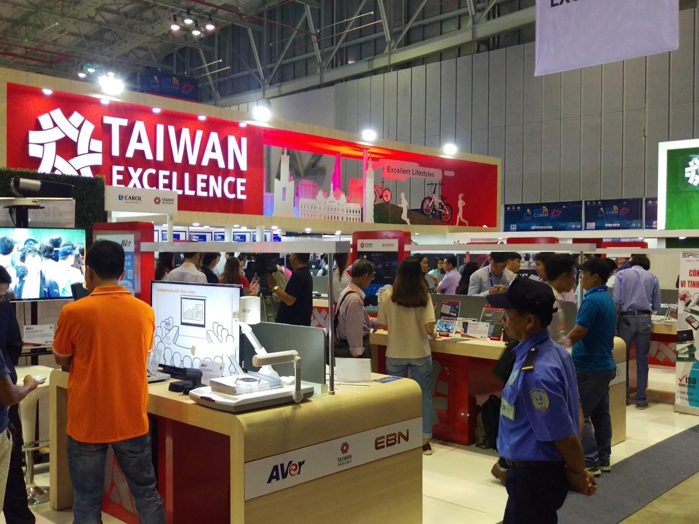 台灣精品館設計亮眼,吸引大批民眾踴躍參觀、人潮不斷。