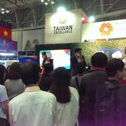 台灣精品館舞台活動吸引大批民眾熱情參與,藉由各種遊戲互動有效提升廠商品牌知名度。