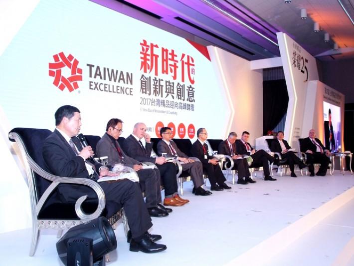 貿協會葉明水秘書長(左一 )與8位國內外講一同為聽眾帶來研發、設計、品質、行銷之精闢見解