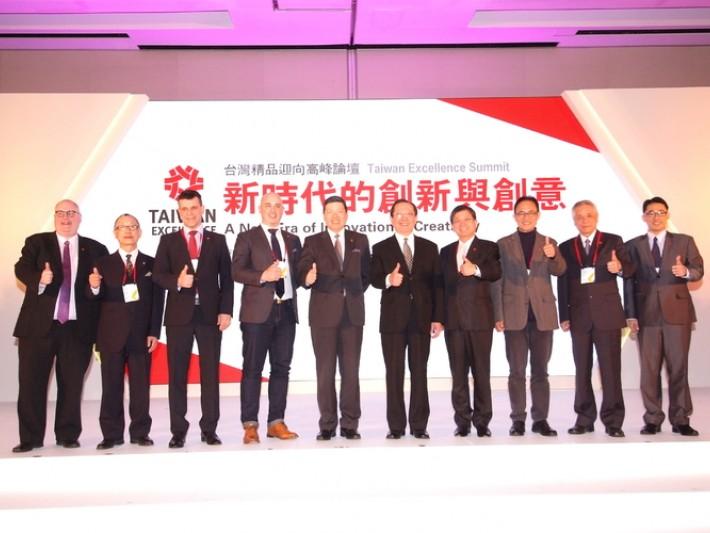 外貿協會葉明水秘書長(左5)與經濟部國際貿易局徐大衛副局長(右5)與8位講師合影