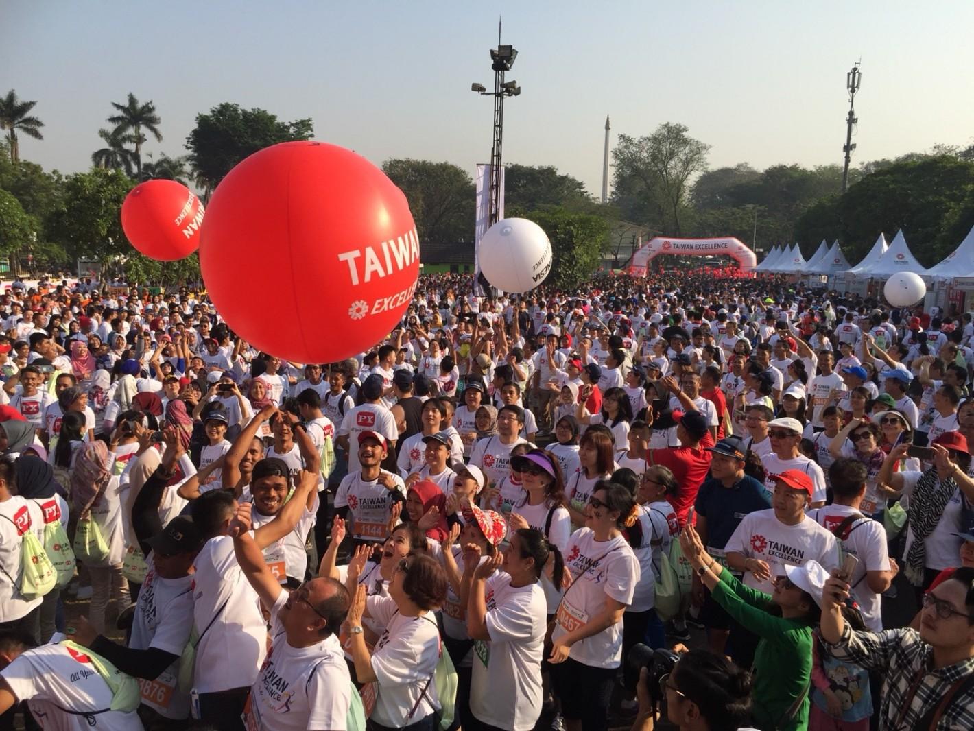 台灣精品公益路跑開跑,以翻滾大球象徵為亞運中華隊及印尼隊加油。