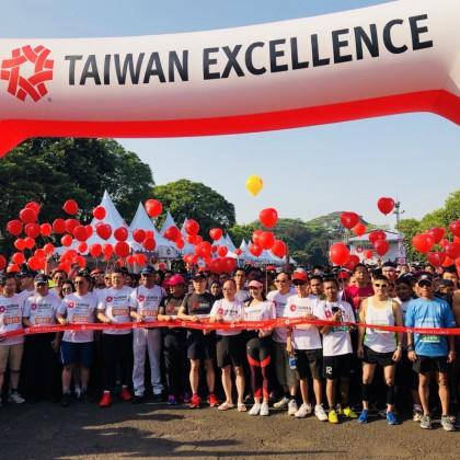 8,000名跑者穿著大通電子贊助跑衣,跑過園內各國特色建築,與台灣精品一同暢遊世界。