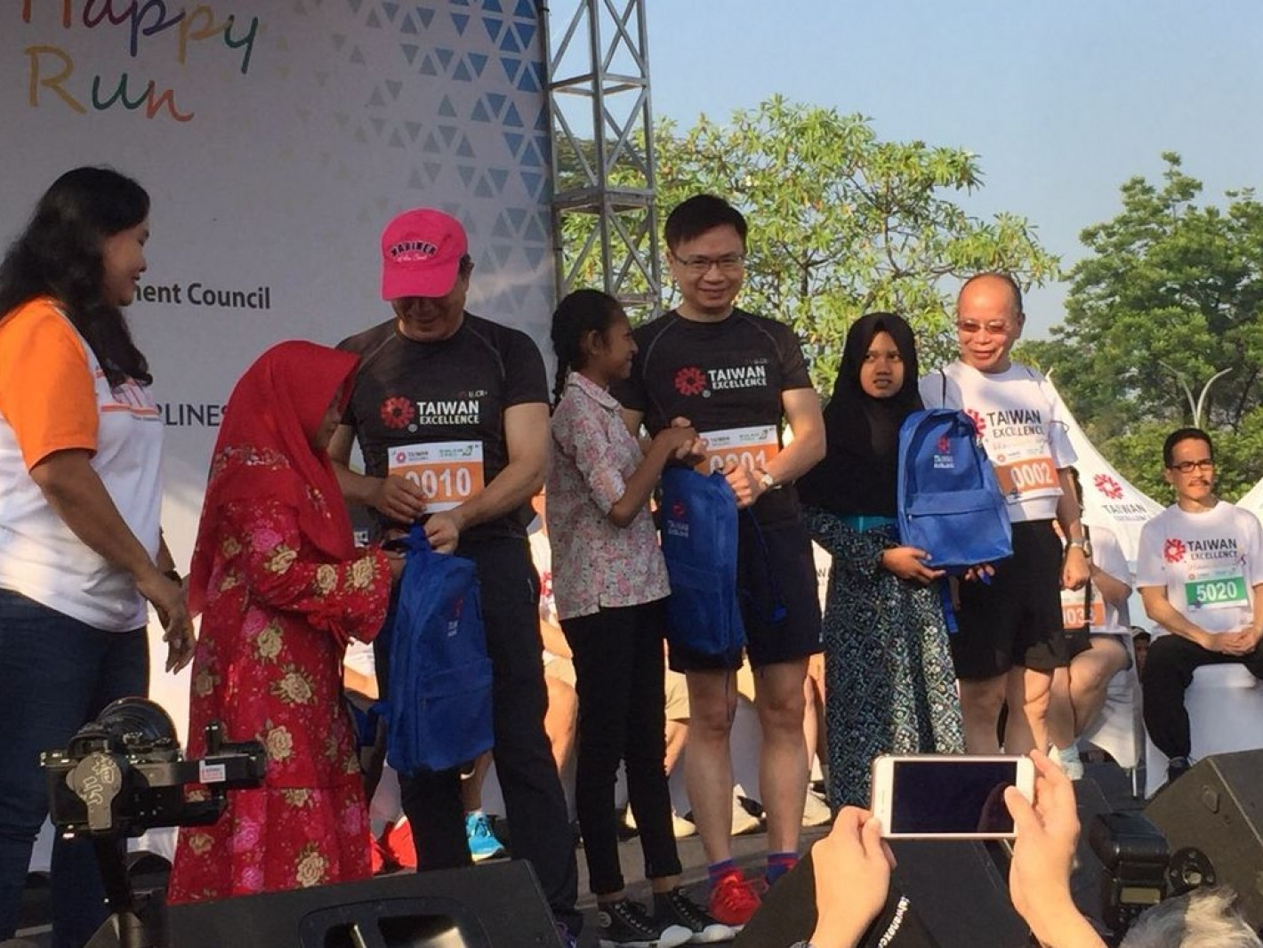 「台灣精品愛心公益路跑」本年再度與OBI合作,發起跑者捐書幫助失學兒童。
